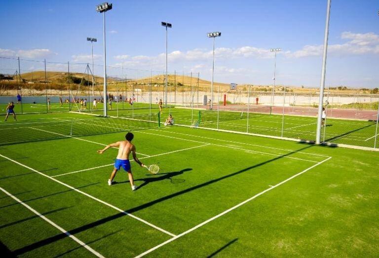 tenisový kurt v hoteli Sikania Resort and Spa