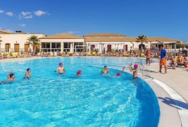 bazén v hoteli Sikania Resort and Spa