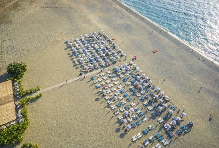 Pohľad z ýšky na pláž pred hotelom Valtur Garden Calabria