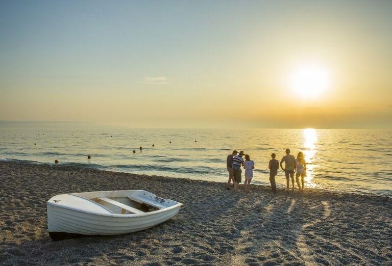 Západ slnka na pláži pred hotelom Valtur Garden Calabria