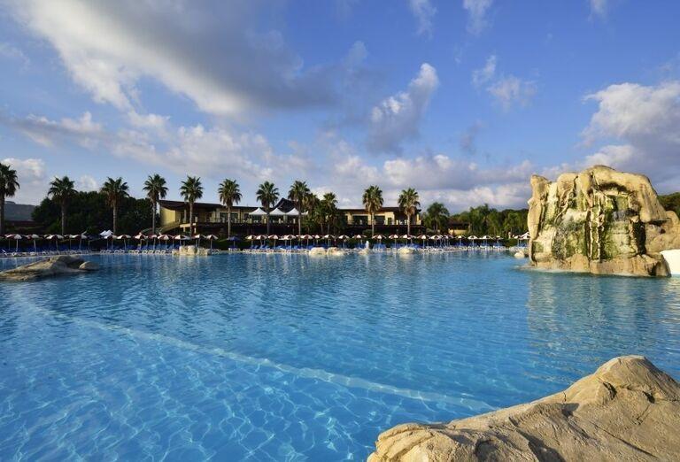 Pohľad od bazéna na časť hotela Valtur Garden Calabria