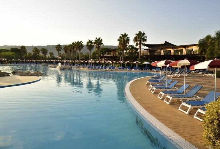 Bazén s lehátkami v hoteli Valtur Garden Calabria