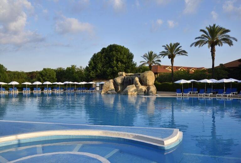 Pohľad od bazéna na skaly v bazéne hotela Valtur Garden Calabria