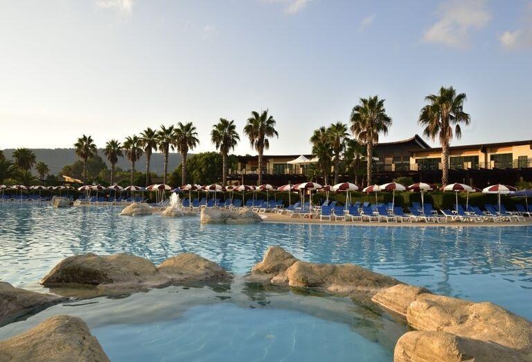Oddych pri bazéne hotela Valtur Garden Calabria