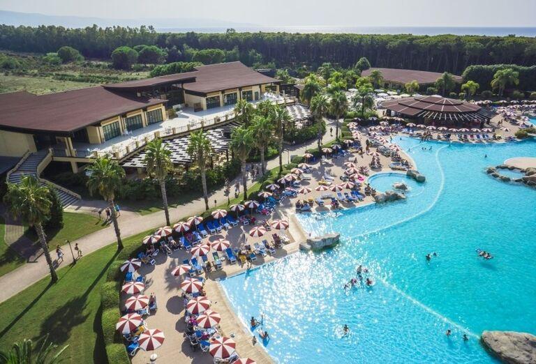 Pohľad z výšky na bazén v hoteli Valtur Garden Calabria