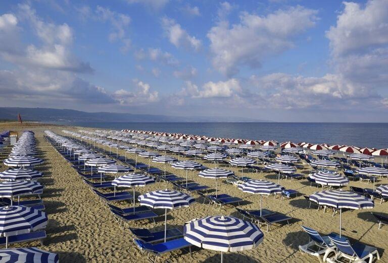 Lehátka na pláži pred hotelom Valtur Garden Calabria