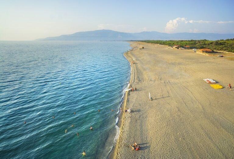 Široká pláž pred hotelom Valtur Garden Calabria