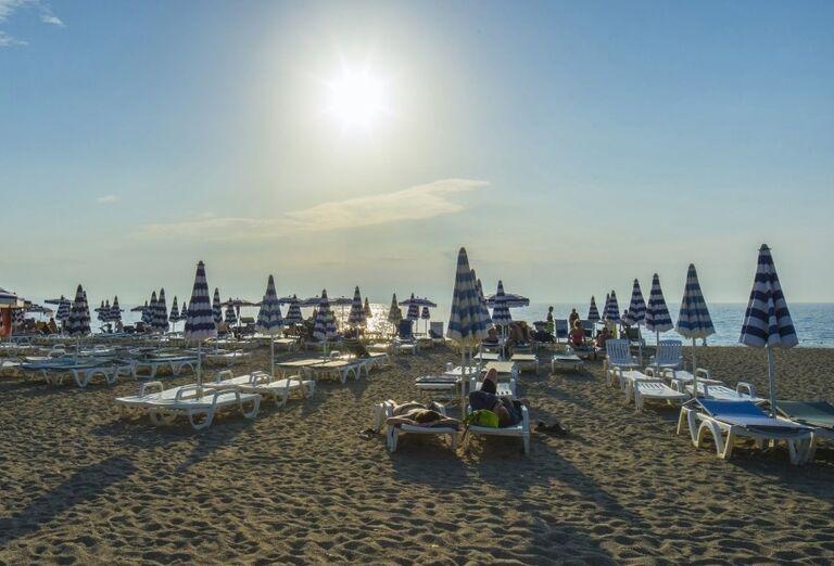 Relax na pláži pred hotelom Valtur Garden Calabria