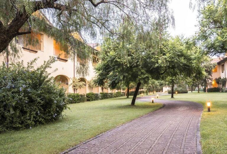 Chodník v areáli hotela Valtur Garden Calabria