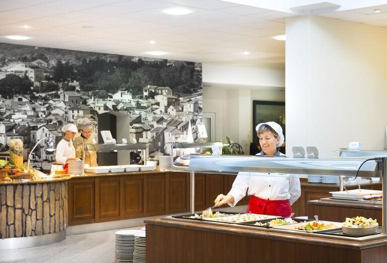 Hotel Corinthia Baška - bufetové stoly v reštaurácii