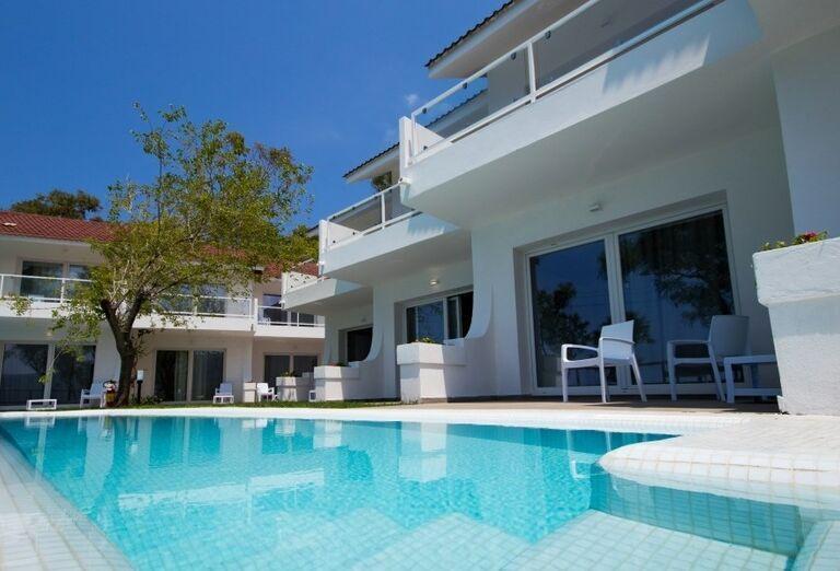 Bazén pri terase hotela BV Kalafiorita Resort