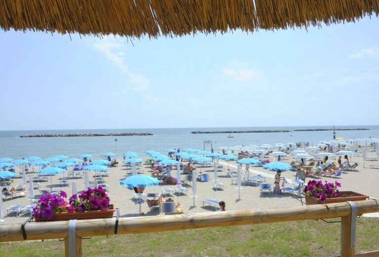 Ležadlá a slnečníky na pláži pri rezidencii Airone Bianco