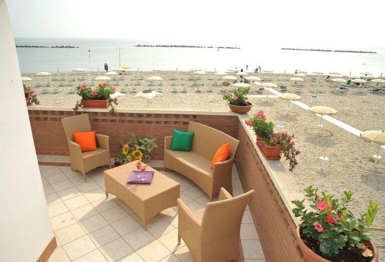 Terasa s výhľadom na more v rezidencii Airone Bianco