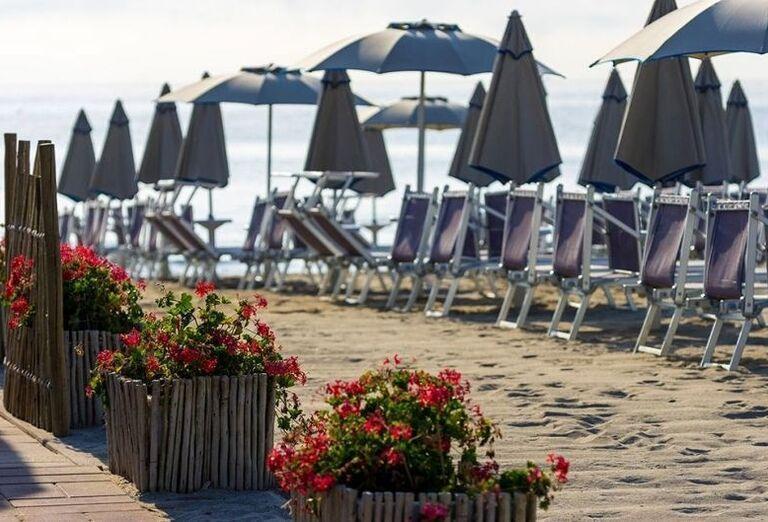 Pláž s ležadlami v hoteli Londra