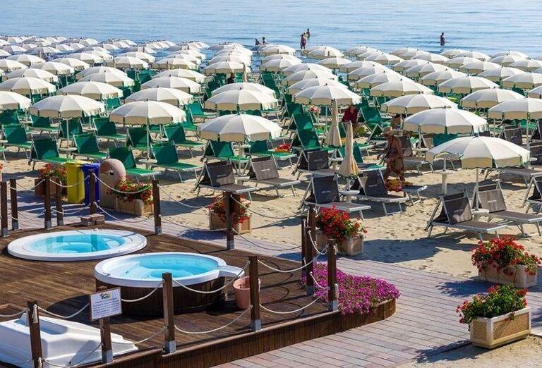 Slnečníky a ležadlá na pláži hotela Londra