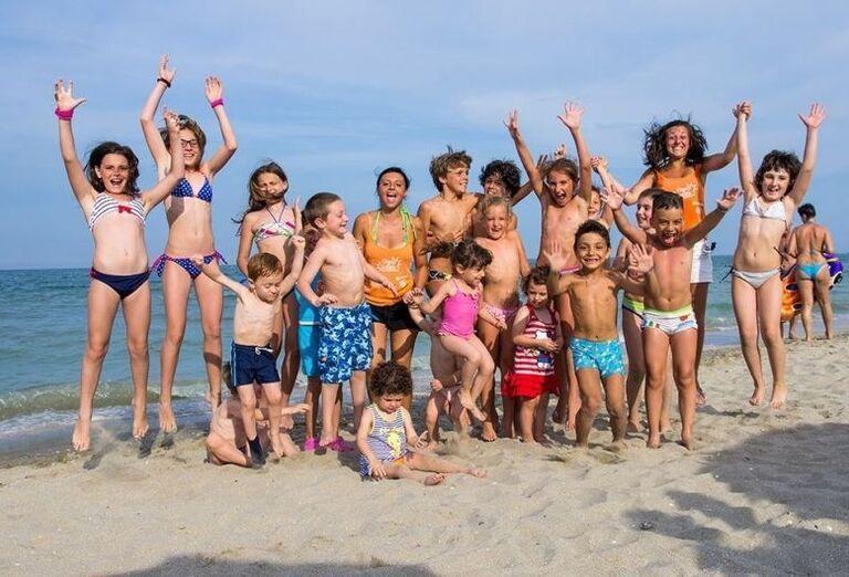 Skupinka detí na pláži