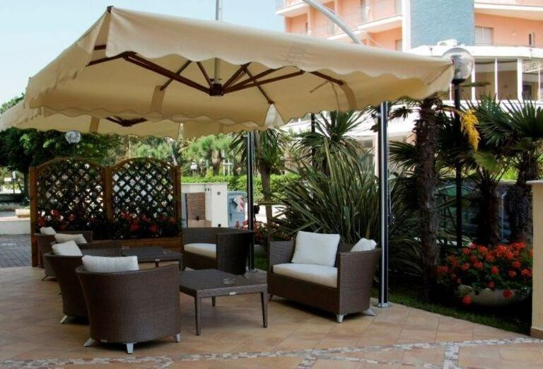 Posedenie pod slnečníkom v hoteli Londra