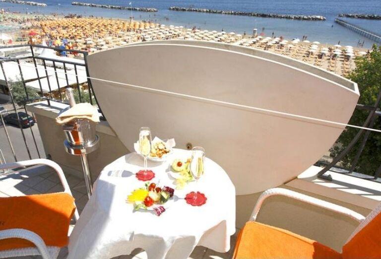 Terasa s občerstvením s výhľadom na more v hoteli El Cid Campeador