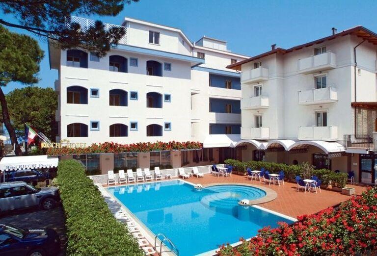 Bazén pred hotelom Ricchi