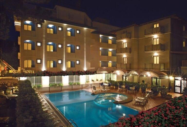 Večerný pohľad na hotel Ricchi