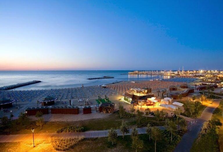 Široká piesočnatá pláž pred hotelom Ricchi