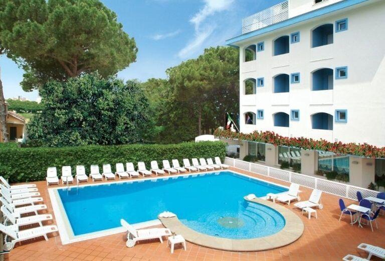 Bazén s ležadlami v hoteli Ricchi