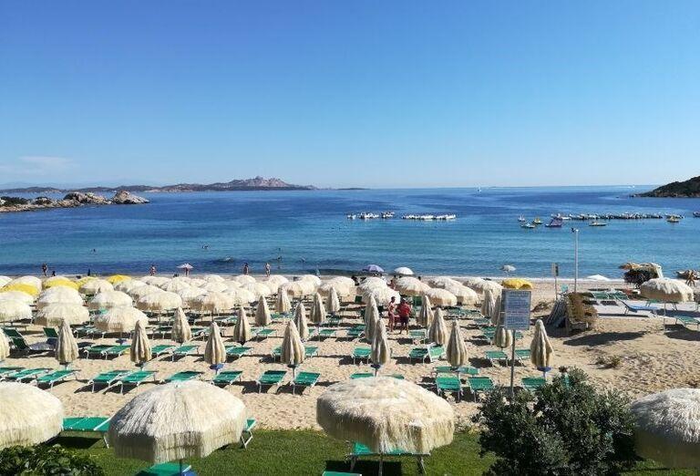 Pláž pred hotelom Club Hotel Baja Sardinia