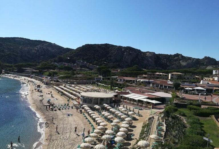 Pohľad na pláž pred hotelom Club Hotel Baja Sardinia
