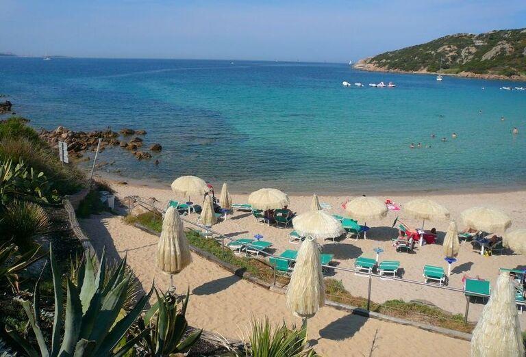 pláž v Club Hotel Baja Sardinia, Sardínia, Taliansko