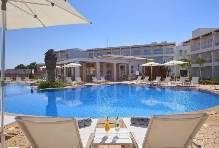 Bazén v hoteli Melia Beach