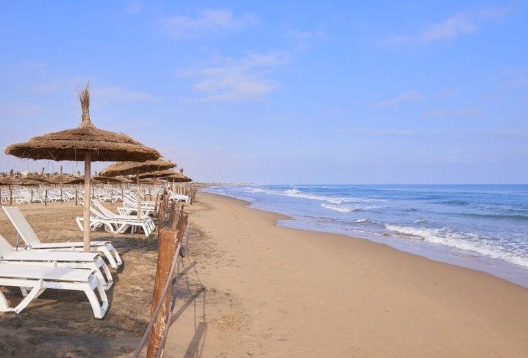 Široká piesočnatá pláž pred hotelom Melia Beach