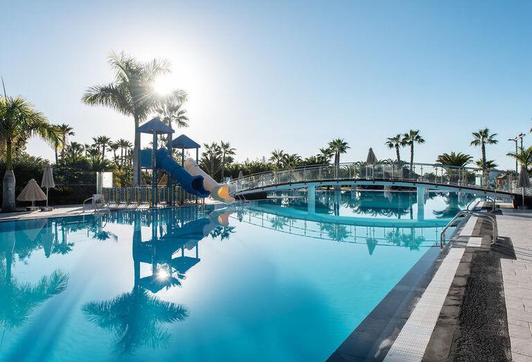 THB Tropical Island - hotelový bazén s atrakciami