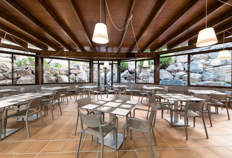 THB Tropical Island - stoly v reštaurácií