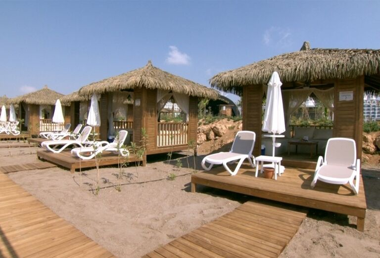 Terasa s lehátkami na pláži hotela Adalya Elite Lara