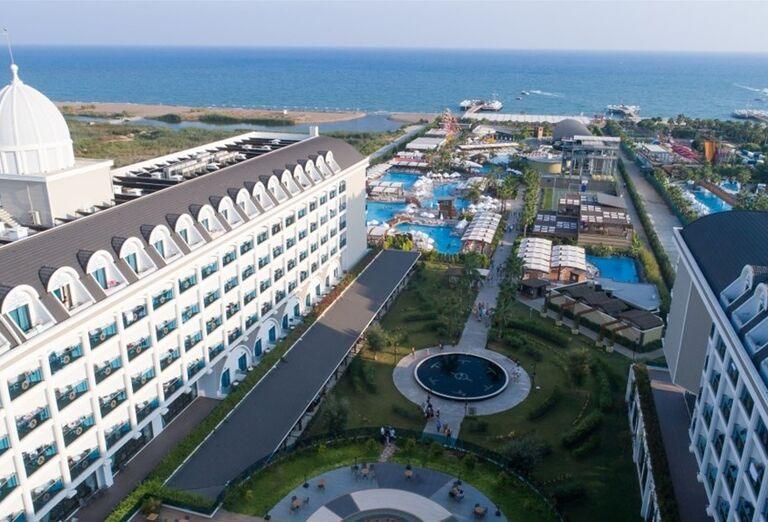 Pohľad zvrchu na hotel Adalya Elite Lara a jeho komplex