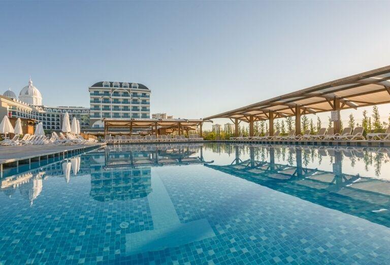 Pohľad z bazéna na hotel Adalya Elite Lara