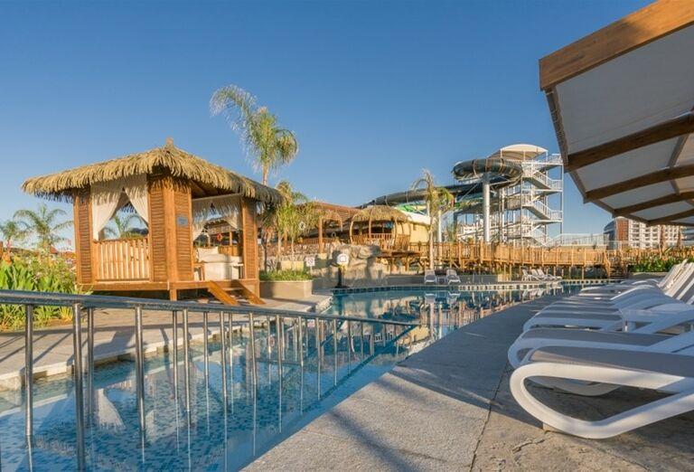 Oddychová zóna s lehátkami pri bazéne hotela Adalya Elite Lara