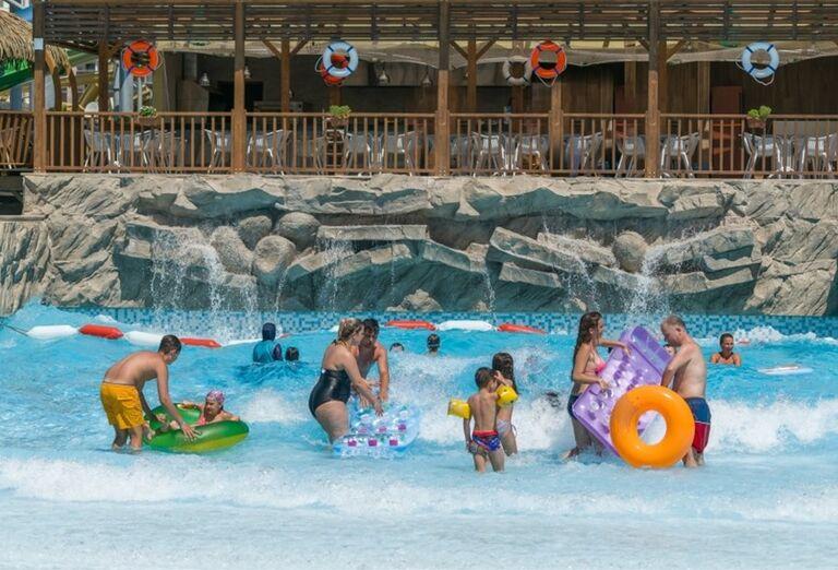 Bazén s umelými vlnami v hoteli Adalya Elite Lara