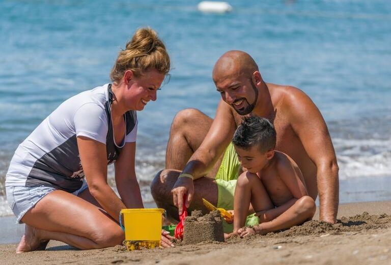 Rodinka na pláži hotela Adalya Elite Lara