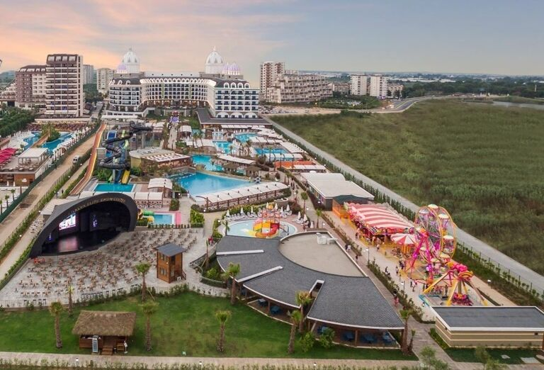 Pohľad zhora na komplex hotela Adalya Elite Lara