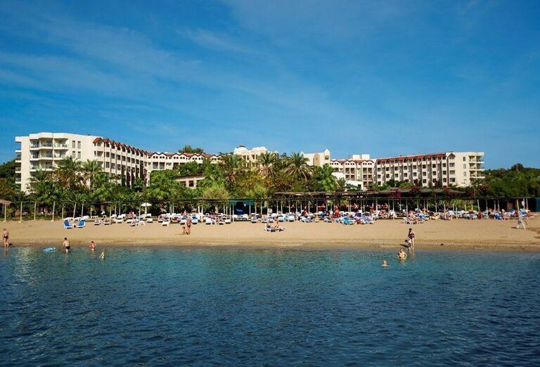 Pláž pred hotelom Arcanus