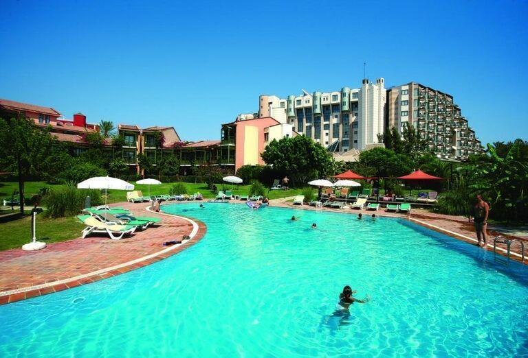 Bazén v pozadí s hotelom Limak Limra
