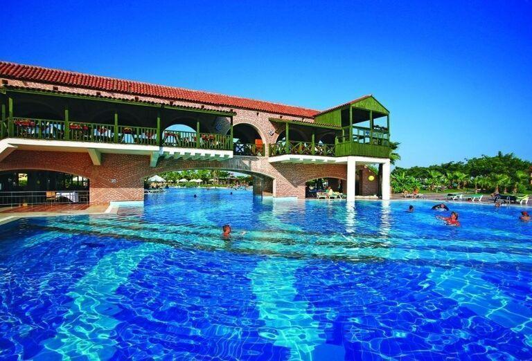Terasa nad bazénom v hoteli Limak Limra