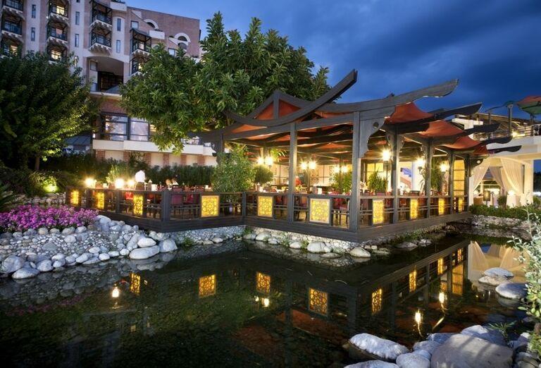 Večerný pohľad na terasu pri jazierku v hoteli Limak Limra