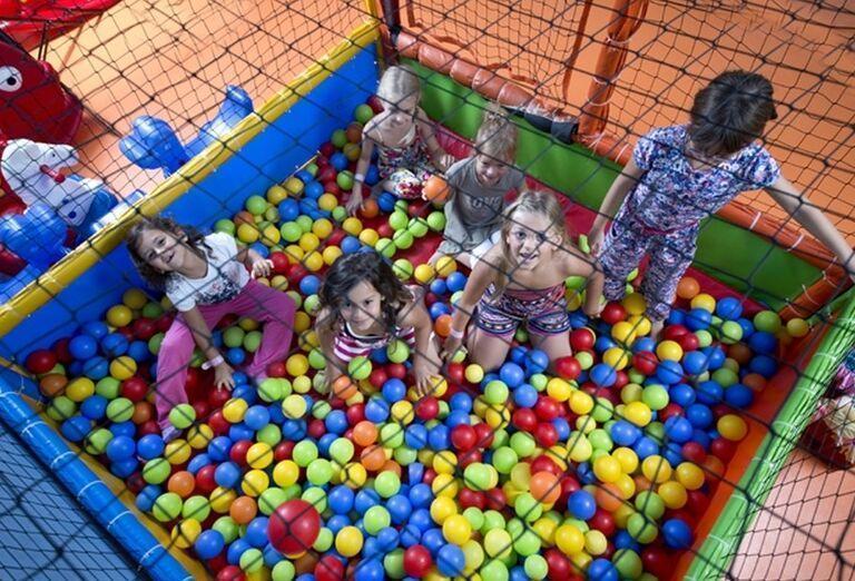 Deti hrajúce sa guličkách