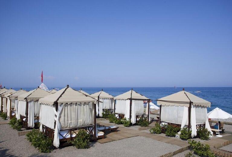 Plážové postele na pláži pred hotelom Limak Limra