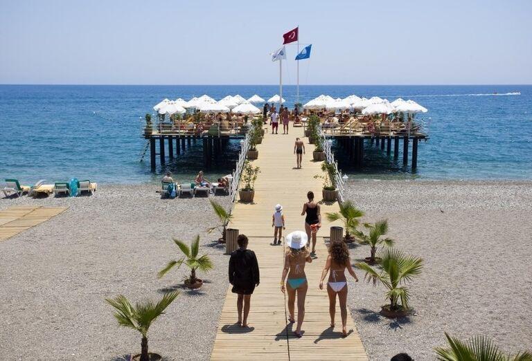 Reštaurácia na móle nad morom pred hotelom Limak Limra