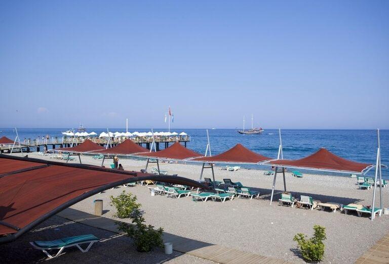 Pohľad na pláž a more pred hotelom Limak Limra