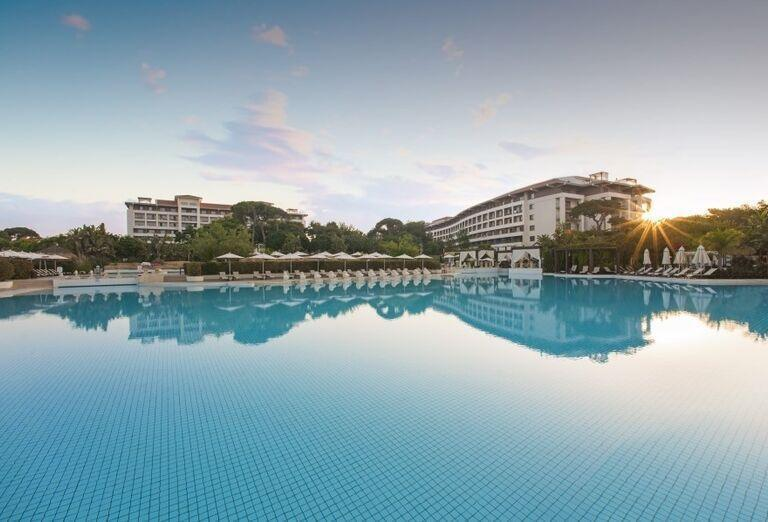 Pohľad od bazéna na hotel Ela Quality