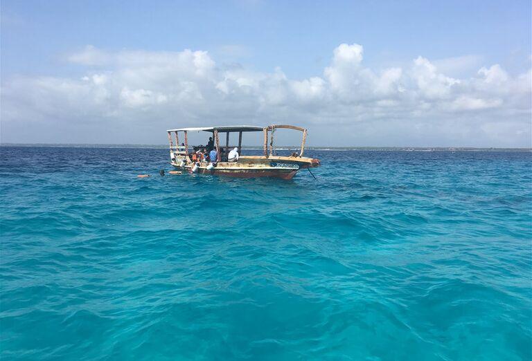 Pohľad na loď v mori Zanzibar - poznávanie afrického raja